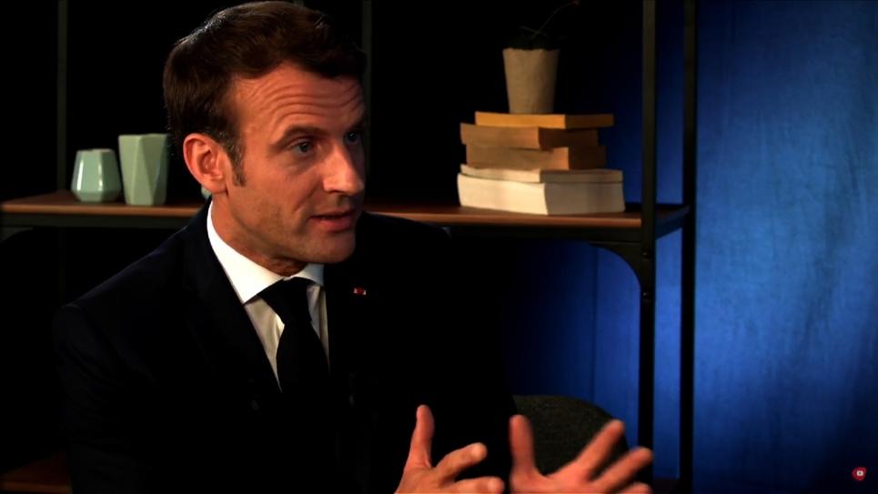 Emmanuel Macron s'adresse aux jeunes dans un entretien au youtubeur Hugo Travers le 24 mai 2009 à Paris
