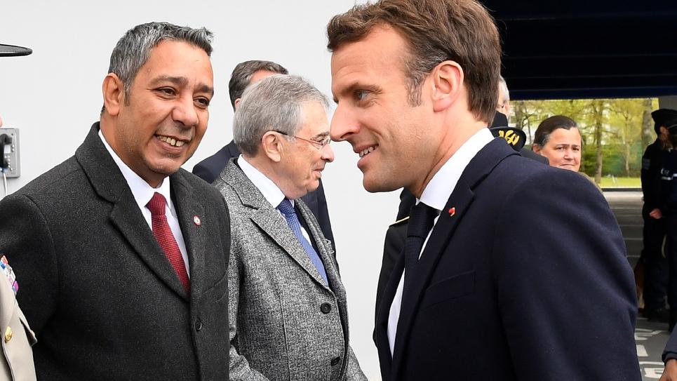 Le député LREM Mustapha Laabid (G) sourie au président de la République Emmanuel Macron le 3 avril 2019 à Bruz.