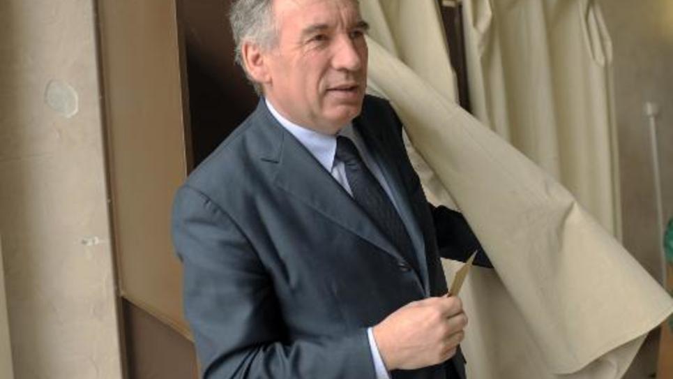 Le président du MoDem, François Bayrou, lors des élections départementales du 29 mars 2015 dans sa ville de Pau
