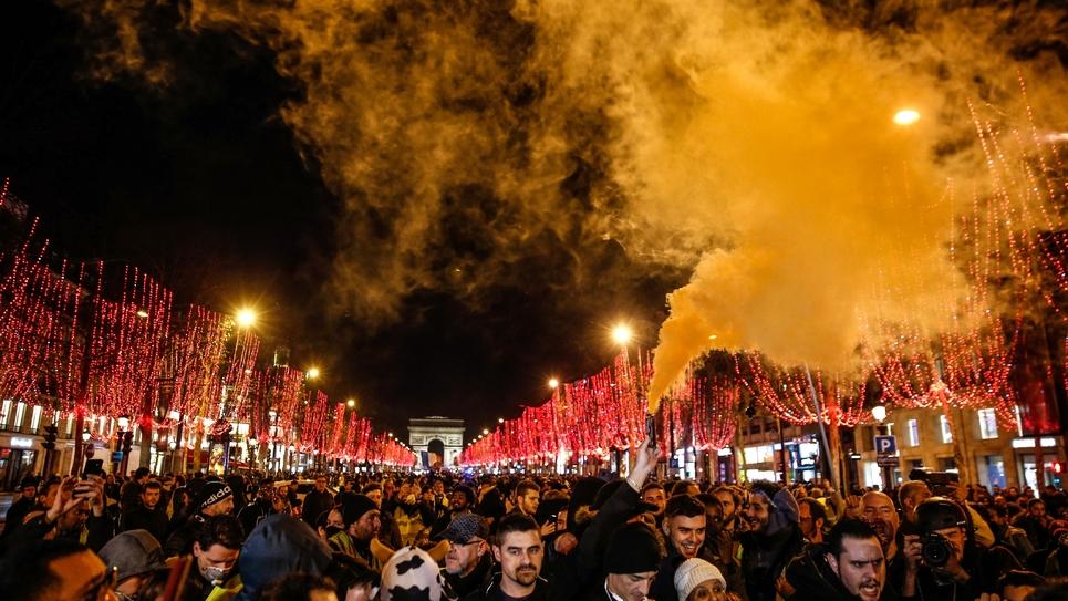 """Des manifestants du mouvement des """"gilets jaunes"""", le 22 décembre 2018 sur les Champs Elysées à Paris"""