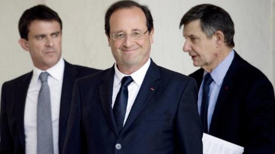 Le Premier ministre Manuel Valls (g), le président François Hollande (c) et le secrétaire général de l'Elysée Jean-Pierre Jouyet, sur le perron de l'Elysée le 18 juin 2014