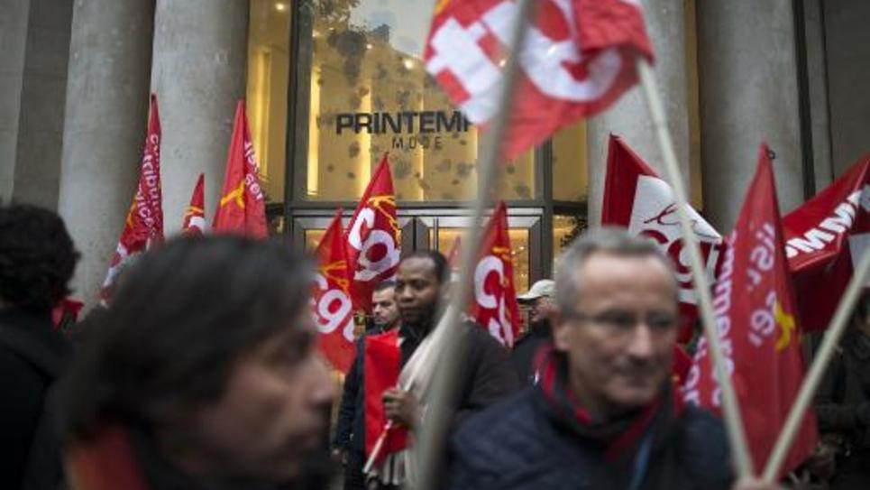 Des syndicalistes de la CGT manifestent contre le travail du dimanche, devant le centre commercial du Printemps, le 15 novembre 2012, à Paris