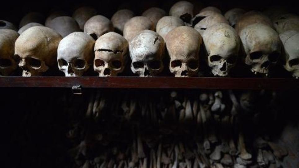 Des crânes de victimes du génocide rwandais exposées le 4 avril 2014 à l'intérieur de l'église catholique de Nyamata, où des milliers de personnes ont été massacrées