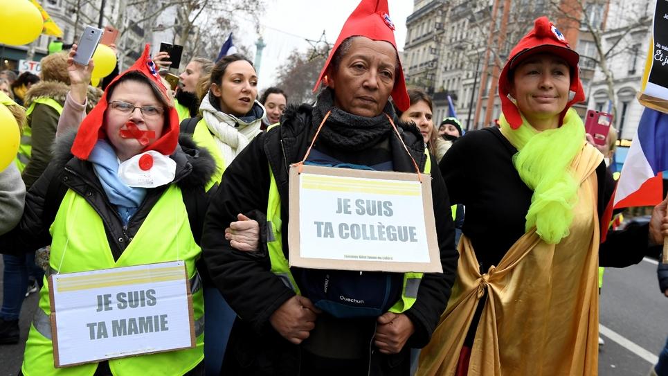 """Des femmes """"gilets jaunes"""" défilent dans les rues de Paris, le 6 janvier 2019"""