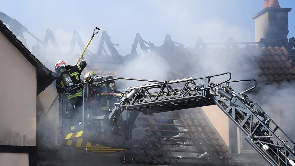 Des pompiers luttent contre un incendie peut-être criminel qui a tué un enfant de 11 ans, le 3 septembre 2019 à Schiltigheim, dans la banlieue de Strasbourg