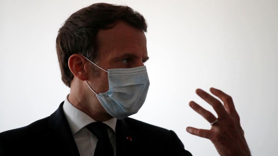 Emmanuel Macron s'entretient avec des agents de santé alors qu'il visite un centre médical à Pantin en Seine-Saint-Denis, le 7 avril 2020
