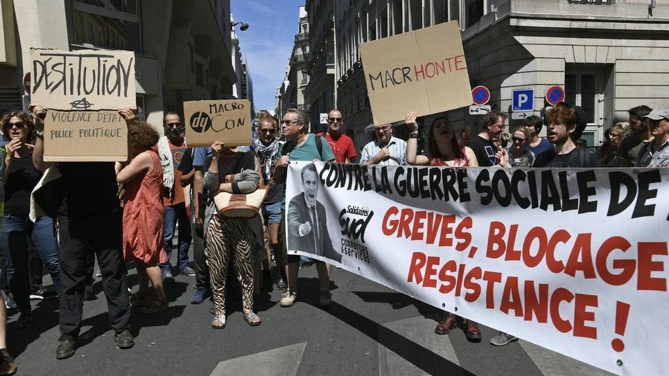 """Environ 150 personnes manifestent près du siège de La République en marche (LREM) à Paris le 28 juillet 2018 pour """"aller chercher Macron"""", dix jours après le début de l'affaire Benalla"""