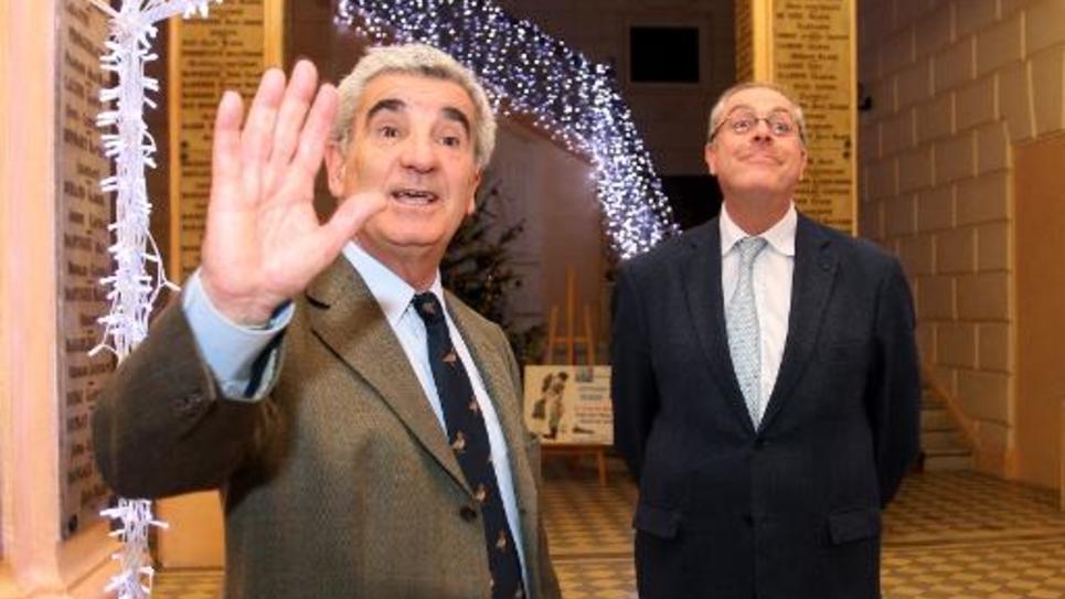 Gérard Tremege (G) lors d'une perquisition le 18 décembre 2013 à la mairie de Tarbes