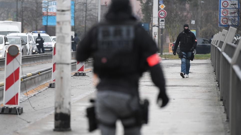 Deux policiers de la Brigade de recherche et d'intervention sur le pont de l'Europe quelques heures après l'attentat du marché de Noël qui a fait quatre morts, à Strasbourg le 12 décembre 2019