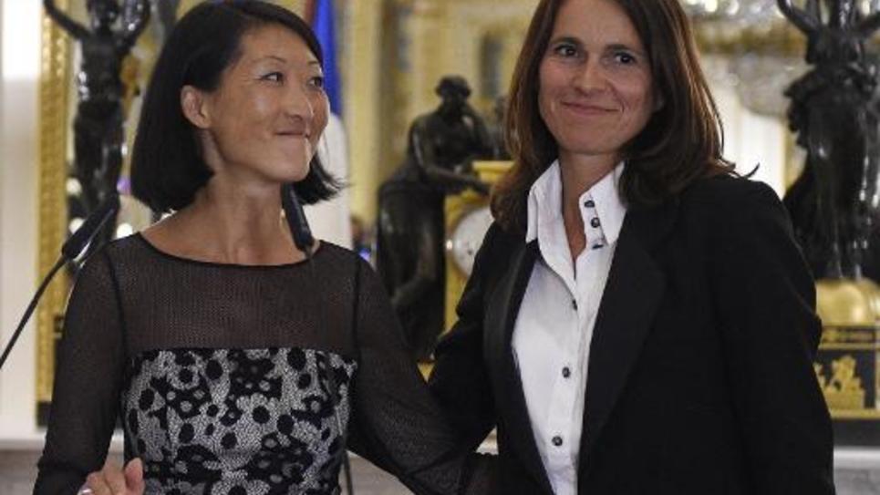 L'ancienne ministre de la Culture Aurélie Filippetti (d)avec son successeur Fleur Pellerin lors de la passation des pouvoirs au ministère à Paris le 26 août 2014