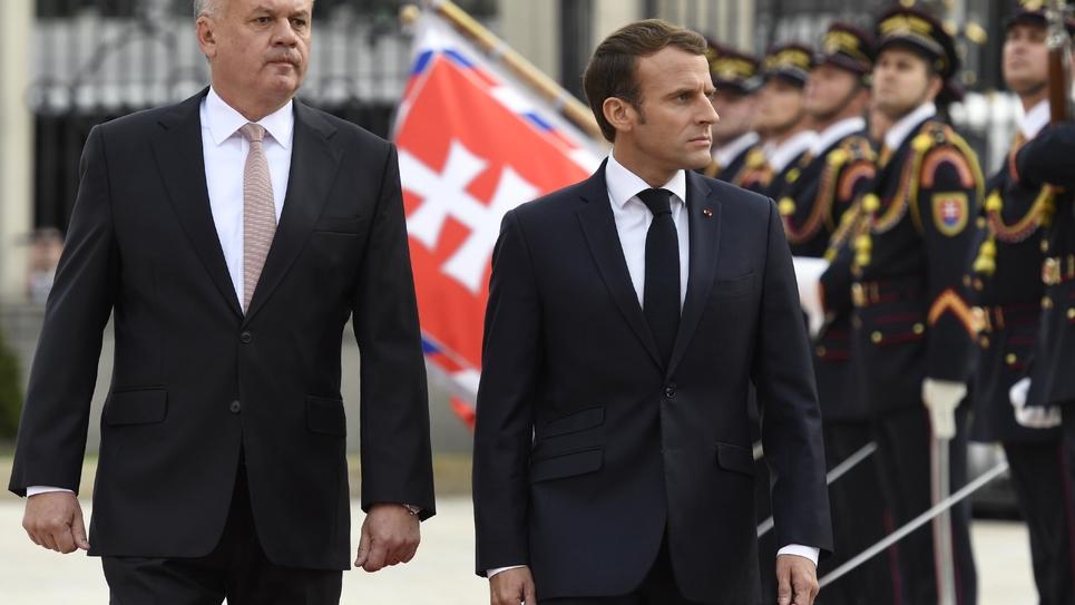 Le président français Emmanuel Macron (d) et son homologue slovaque Andrej Riska (g) passent en revue la garde d'honneur, le 26 novembre 2018 à Bratislava