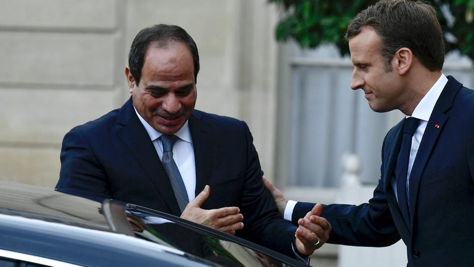 Emmanuel Macron raccompagne le président égyptien Abdel Fattah al-Sissi après leur rencontre à l'Elysée le 24 octobre 2017