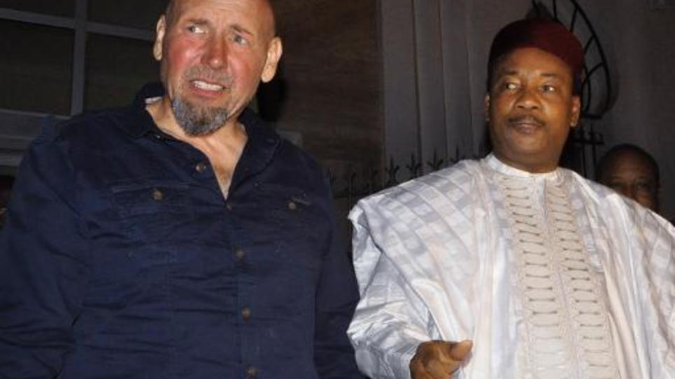 Serge Lazarevic (g) aux côtés du président nigérien Mahamadou Issoufou, après sa libération, le 9 décembre 2014 à Niamey, au Mali