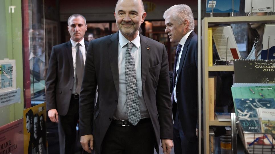 """Le commissaire européen Pierre Moscovici lors de la présentation de son dernier livre, """"Dans ce clair-obscur surgissent les monstres"""", à Athènes, le 8 février 2018"""