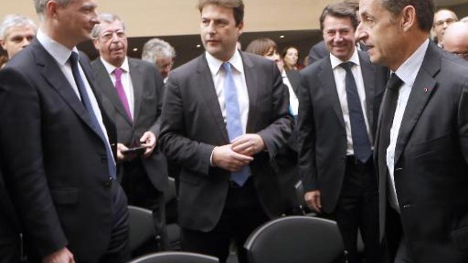 Nicolas Sarkozy (D), élu à la tête de l'UMP, et l'ancien ministre Bruno Le Maire (G) lors d'une rencontre du groupe UMP à l'Assemblée nationale, le 2 décembre 2014