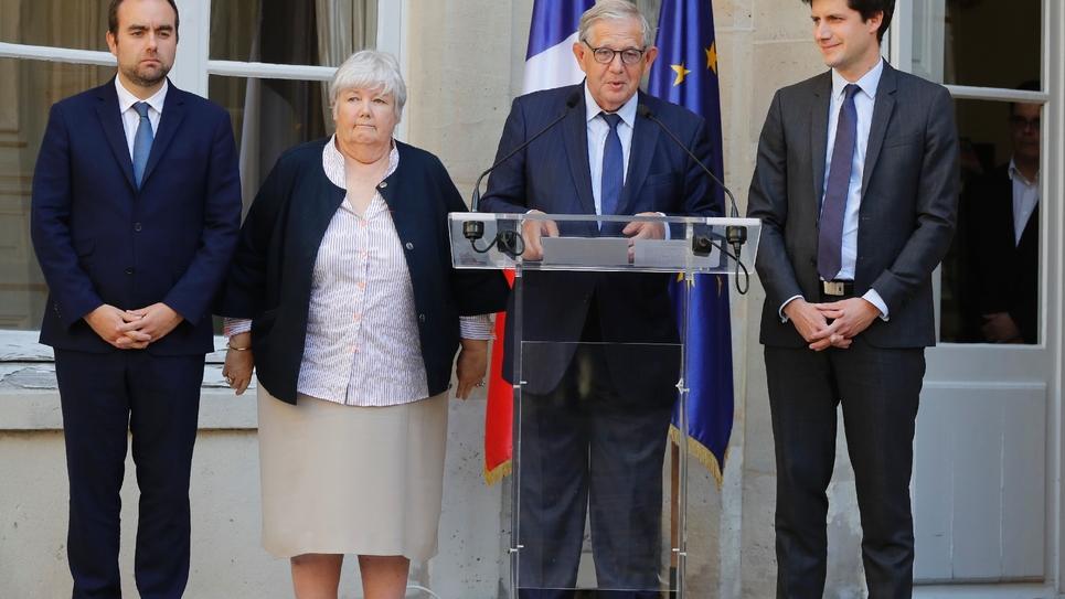 Julien Denormandie (à droite) lors de la passation de pouvoir entre Jacqueline Gourault et Jacques Mézard à la tête du ministère de la Cohésion des Territoires, le 16 octobre 2018 à Paris