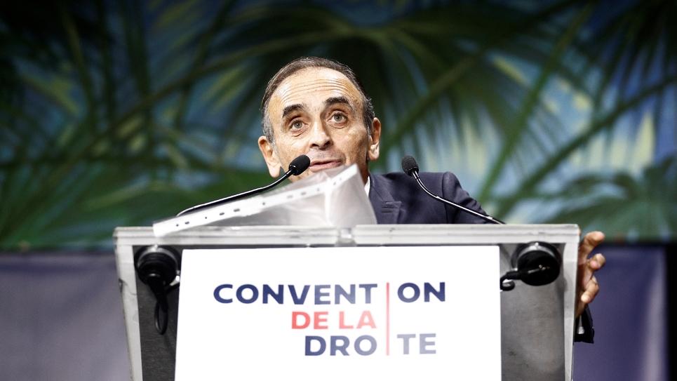 """Éric Zemmour prononçant son discours devant la """"Convention de la droite"""" le 28 septembre 2019 à Paris"""