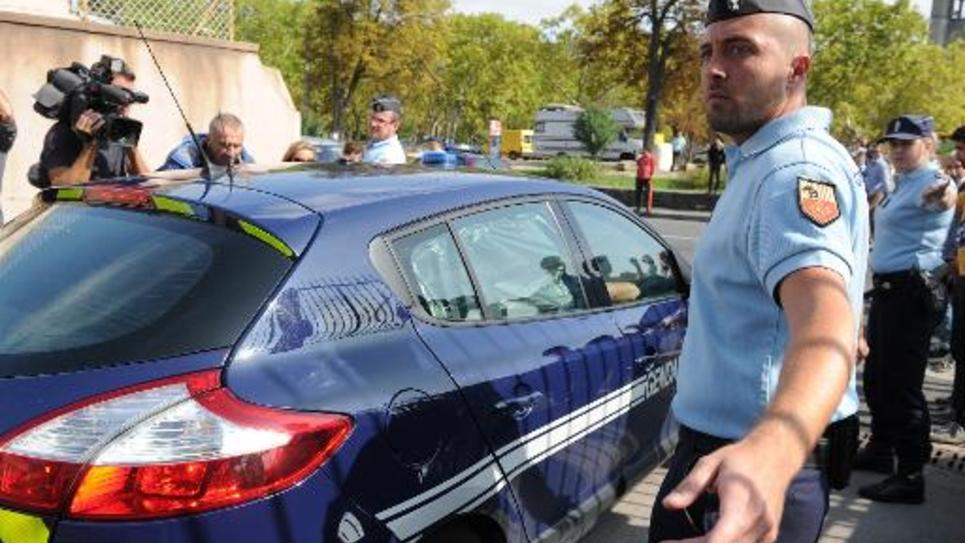 Un véhicule de police dans lequel se trouve un jihadiste présumé, quitte Lodève (Hérault) pour se rendre à Montpellier le 24 septembre 2014