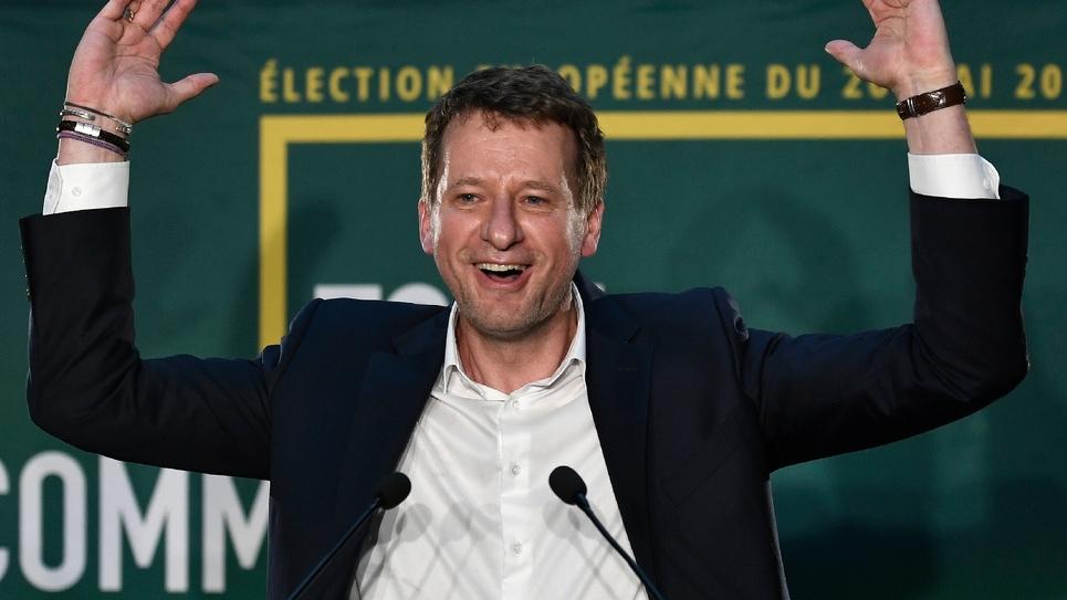 Yannick Jadot se félicite après l'annonce des résultats d'EELV, le 26 mai 2019 dans un restaurant parisien
