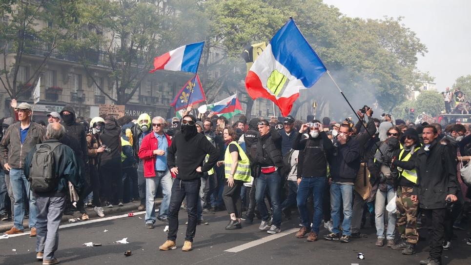 Tension entre manifestants et forces de l'ordre pendant le défilé du 1er mai 2019 à Paris