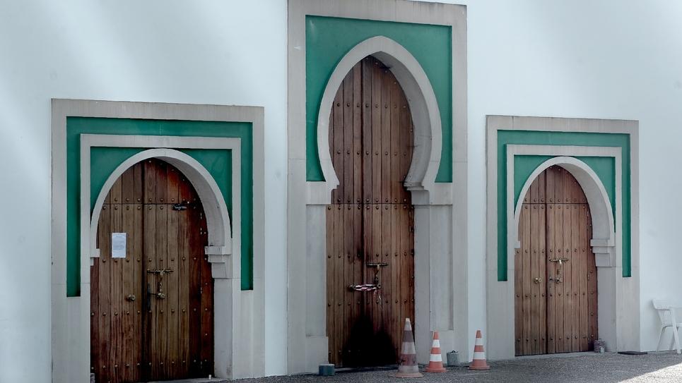 La porte de la mosquée de Bayonne partiellement brûlée lors de l'attaque d'un octogénaire qui a fait deux blessés le 28 octobre 2019