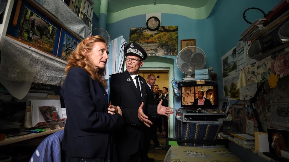 La ministre de la Justice Nicole Boulbet et le directeur de la prison de Ensisheim, Guillaume Goujot, lors d'une visite de l'établissement, le 5 septembre 2017