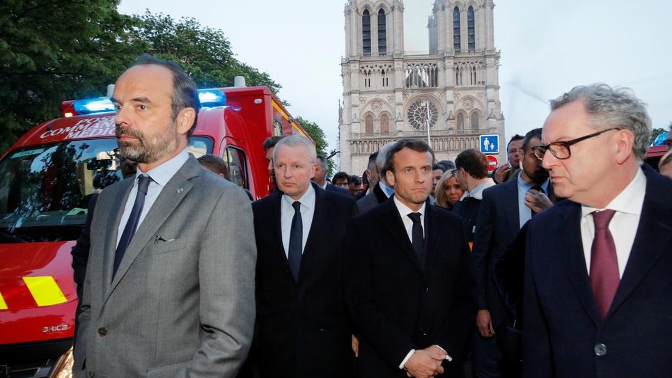 Edouard Philippe et Emmanuel Macron sur le parvis de Notre-Dame, à Paris le 15avril 2019