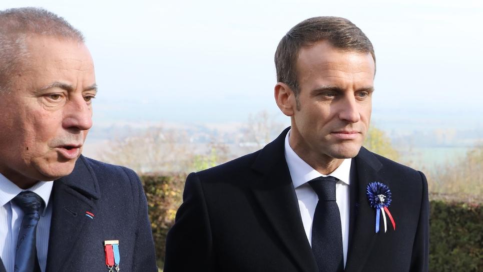 Le président Emmanuel Macron (D) et le maire de Les Eparges Xavier Pierson lors d'une cérémonie marquant le centenaire de la Première Guerre mondiale, le 6 novembre 2018