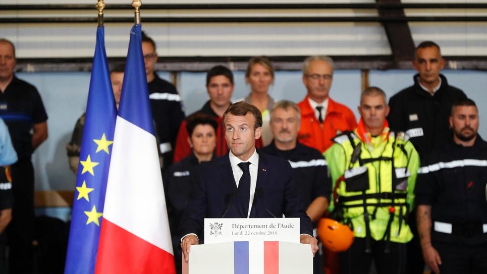 Le président Emmanuel Macron s'exprime devant les habitants de Villalier, une des communes de l'Aude victimes des inondations, le 22 octobre 2018.