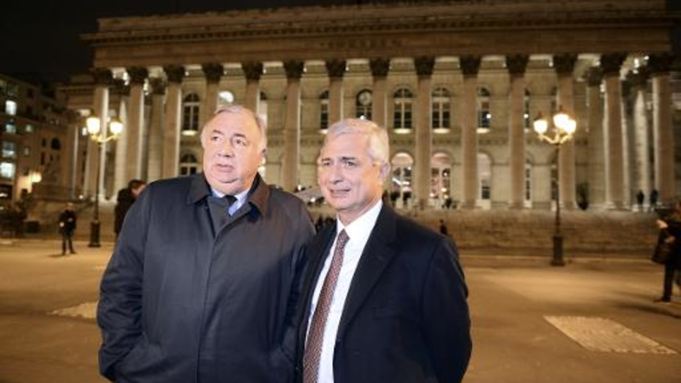 Les présidents de l'Assemblée nationale Claude Bartolone (d) et du Sénat Gérard Larcher devant le Palais Brongniart à Paris, le 19 janvier 2015