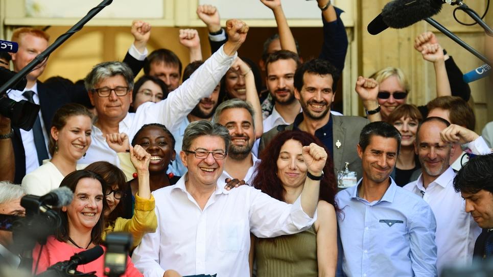 Les députés de La France Insoumise J.-L. Melenchon (devant G), É. Coquerel (2eG, fond), D. Obono (4eG), A. Corbière (6eG), A. en Quatennens (haut G), U. Bernalicis (7eG, fond), S. Rubin (2eG), F. Ruffin (3eD), B. Lachaud (8eG), C. Fiat (G), M. Pano (2e