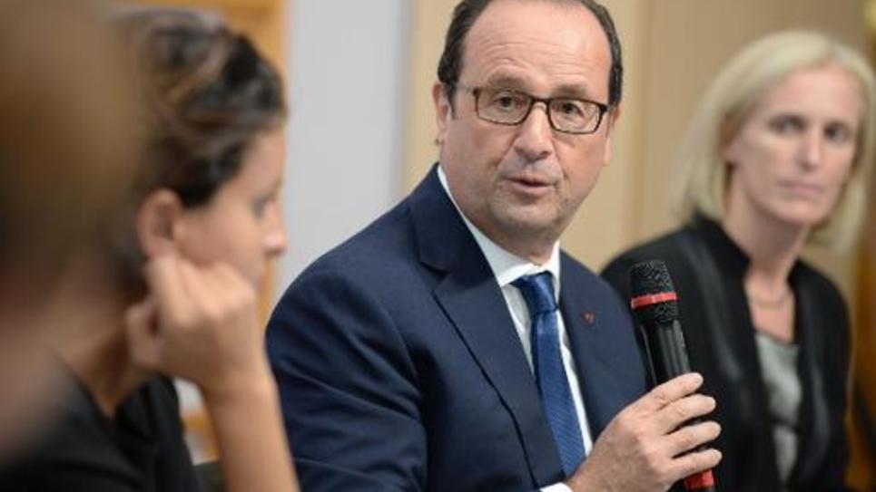 François Hollande parle aux parents et aux enseignants lors d'une visite au groupe scolaire Ronsard, le 9 octobre à Angoulême