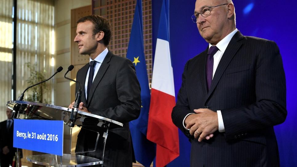Emmanuel Macron et  Michel Sapin lors de la passation de pouvoirs le 31 août 2016 à Bercy à Paris