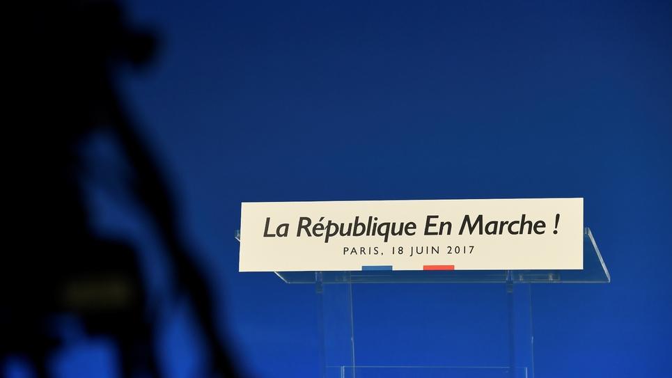 Emmanuel Macron a obtenu dimanche une des plus larges majorités parlementaires de la Ve République à l'occasion du second tour des élections législatives, mais moins écrasante qu'annoncée par certains sondages, et avec une abstention qui atteint de