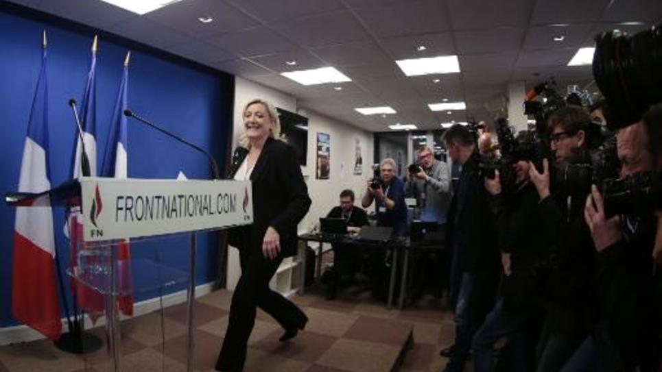 La présidente du FN Marine Le Pen s'apprête à prononcer un discours après l'annonce des premiers résultats du premier tour des élections départementales, le 22 mars 2015 à Nanterre