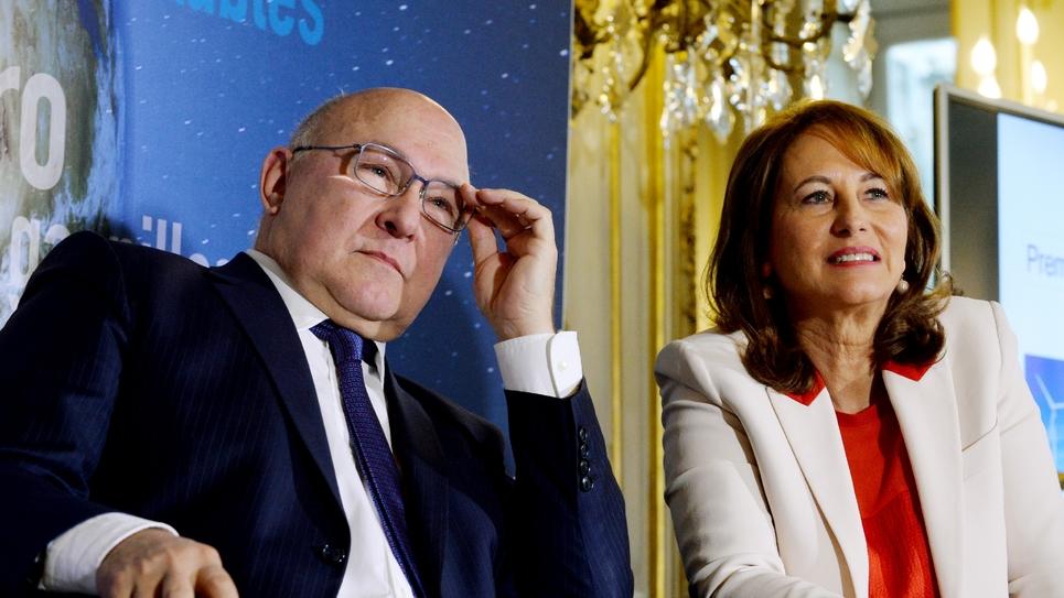 Le ministre français des Finances Michel Sapin (g) et sa collègue à l'Environnement Ségolène Royal (d) lors de la présentation de la première obligation verte souveraine de la France, à Paris le 3 janvier 2017