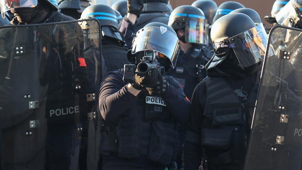 """Un policier utilise un LBD lors d'une manifestation de """"gilets jaunes"""", le 23 février 2019 à Paris"""
