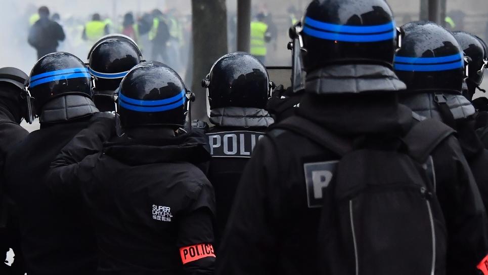 """Des policiers face à des """"gilets jaunes"""" lors d'une manifestation à Bordeaux, le 15 décembre 2018"""
