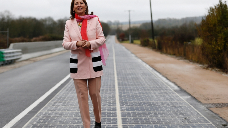La ministre de l'Environnement Ségolène Royal lors de l'inauguration de la première route solaire au monde, à Tourouvre en Normandie, le 22 décembre 2016