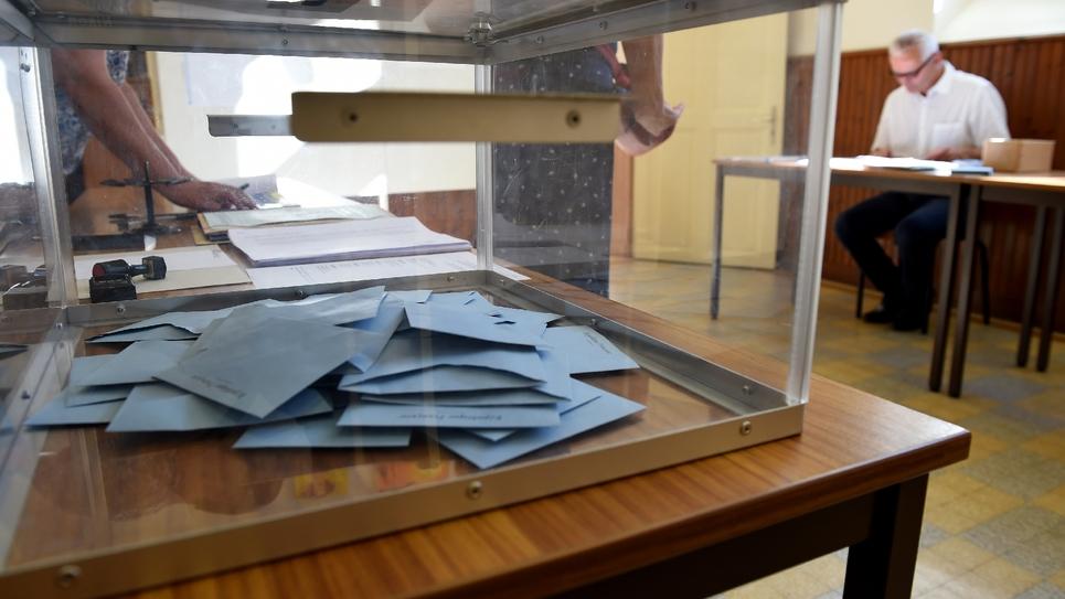 Des bulletins de vote dans l'urne dans un bureau d'Authon dans le nord de la France, le 18 juin 2017