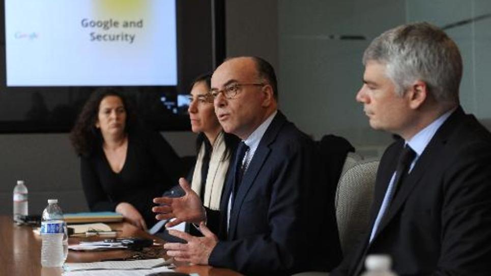 Le ministre de l'Intérieur Bernard Cazeneuve lors d'une rencontre avec des responsables de Google le 20 février 2015 à Mountain View dans la Silicon Valley en Californie