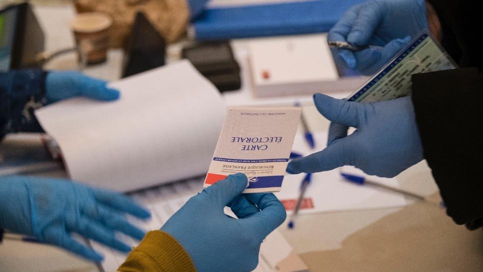 Aux urnes malgré tout. Les Français ont commencé à voter dimanche pour le premier tour des municipales dans un pays à l'arrêt à cause de la crise du coronavirus
