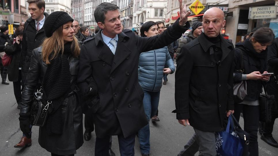 Manuel Valls et son épouse Anne Gravoin sur le marché de Noël le 22 décembre 2016 à Strasbourg