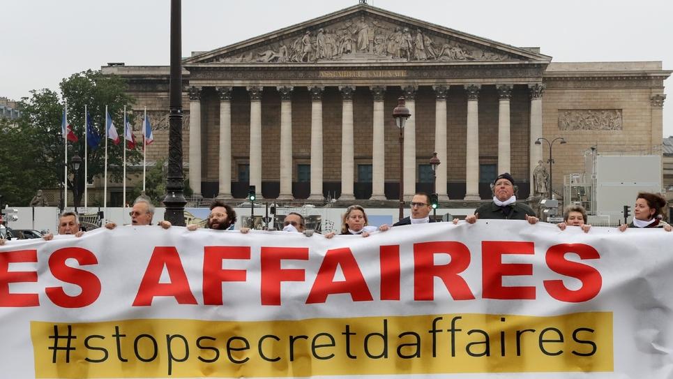 Manifestation devant l'Assemblée nationale à à quelques jours de l'examen de la proposition de loi sur le secret des affaires par une commission mixte paritaire.