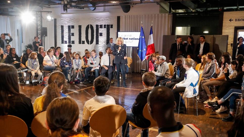 Une centaine d'enfants planchent pour le grand débat sous l'oeil attentif de Brigitte Macron et du secrétaire d'Etat chargé de la protection de l'Enfance Adrien Taquet, le 20 mars 2019 à Paris