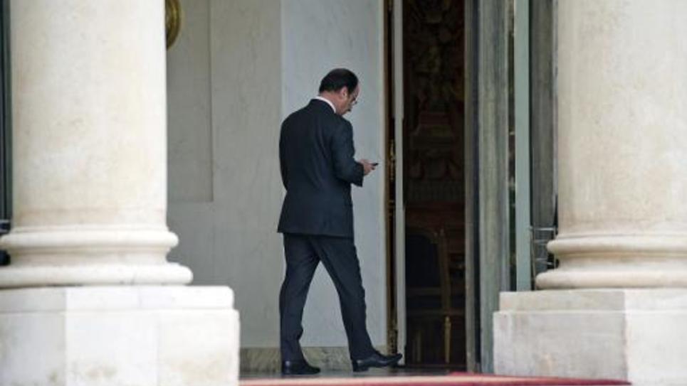 François Hollande utilisant son smartphone le 7 janvier 2014 à l'Elysée à Paris