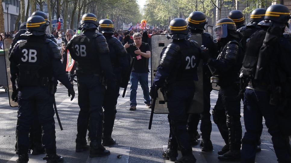 Des CRS déployés le 19 avril 2018 à Paris lors d'une manifestation contre la politique du gouvernement