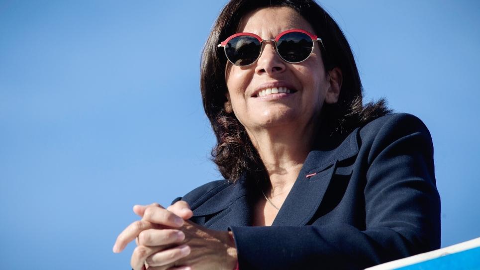 """La maire de Paris Anne Hidalgo assiste à la course """"La Parisienne"""" devant la Tour Eiffel à Paris, le 9 septembre 2018"""