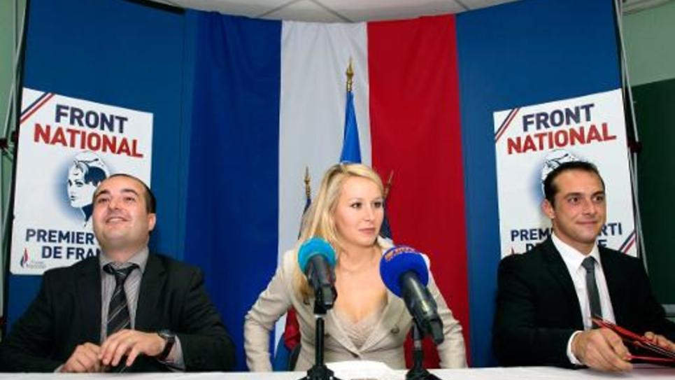 Marion Marechal-Le Pen, députée du Front National flanquée par le sénateur David Rachline et le maire du Pontet Joris Hebrard le 18 octobre 2014 au Pontet, dans le sud de la France