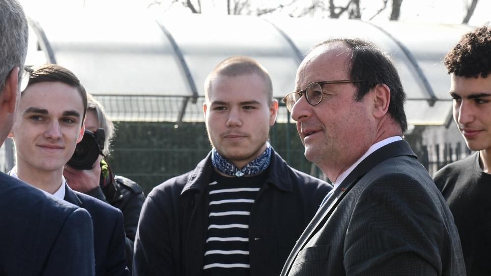 L'ancien président François Hollande dans un lycée à Hénin-Beaumont (Pas-de-Calais) pour parler d'Europe avec les élèves, le 22 mars 2019